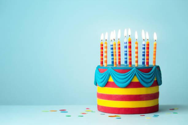 Bunte Geburtstagstorte mit Kerzen – Foto