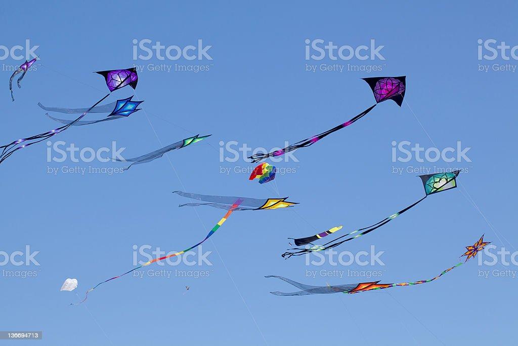 Aquiloni in un cielo azzurro - foto stock