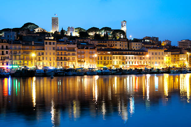 Hell beleuchtet Cannes am Abend – Foto