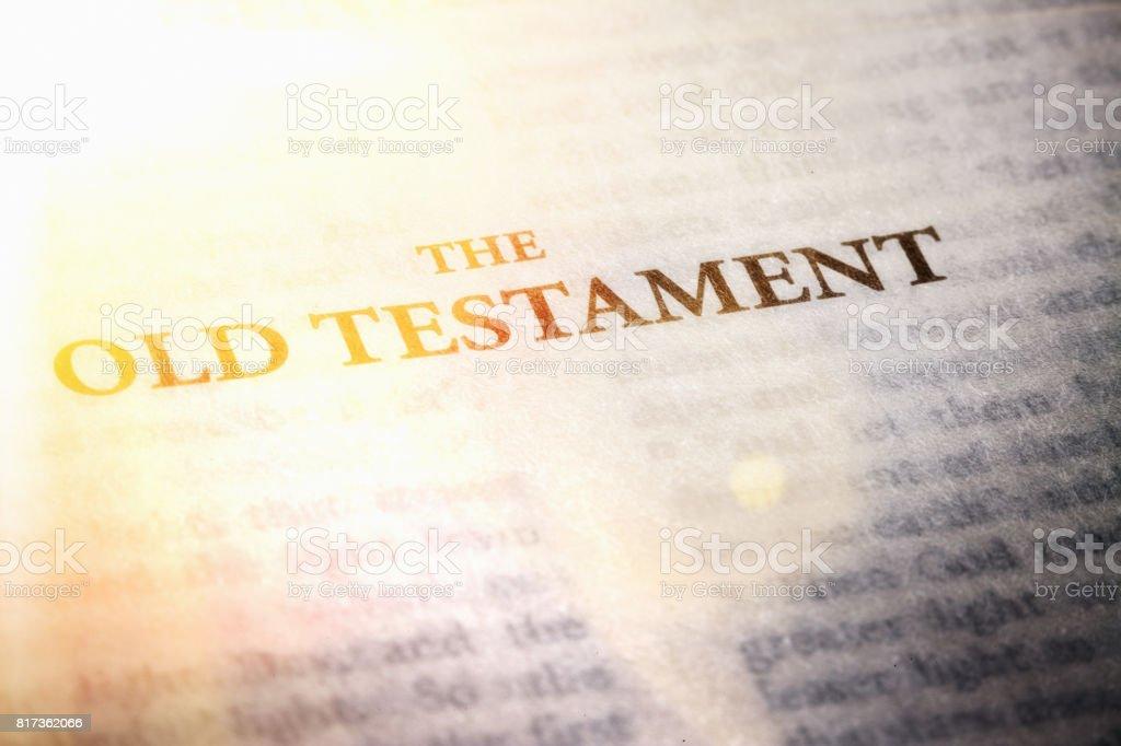 Brillantemente iluminada página del Antiguo Testamento de la Biblia - foto de stock