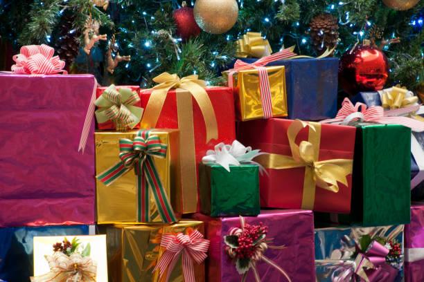 brightly wrapped presents - poniżej zdjęcia i obrazy z banku zdjęć
