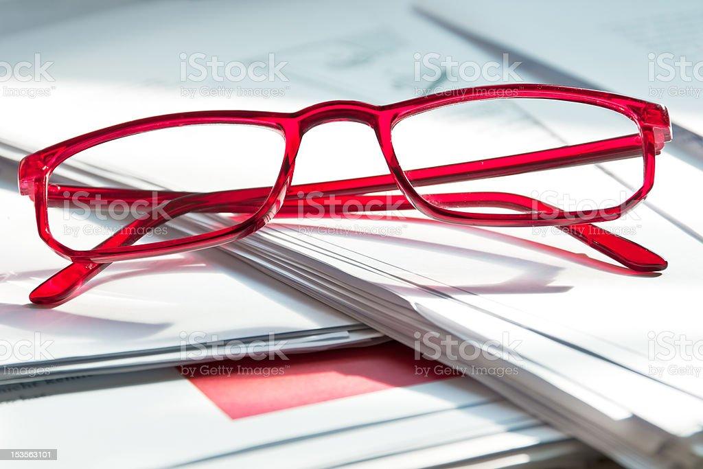 Brille auf Papierunterlagen stock photo