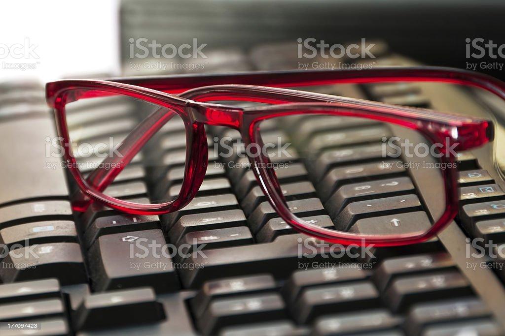 Brille auf Tastatur stock photo