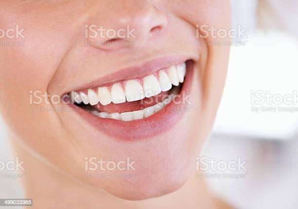 Brillante Anzeige Des Pearly Weiß Stockfoto und mehr Bilder von Attraktive Frau