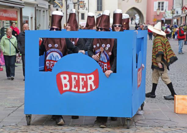 bringen sie auf die fasnacht - bier kostüm stock-fotos und bilder