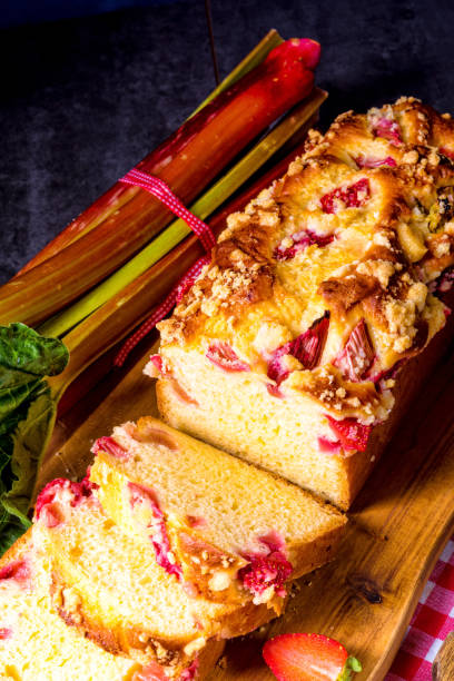 brioches mit rhabarber, erdbeeren und streusel - crumble deutsch stock-fotos und bilder
