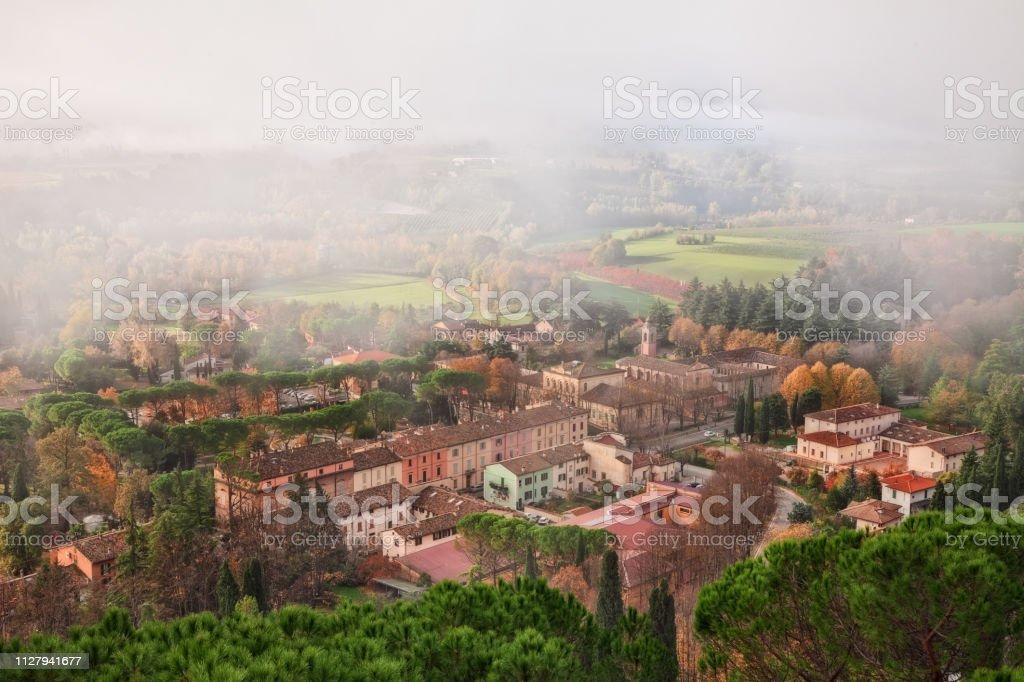 Brisighella, Ravenna, Emilia-Romagna, Italy: landscape on a foggy autumn morning - foto stock