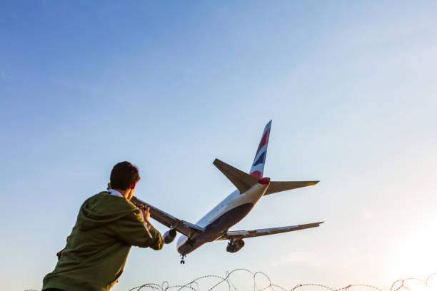 british airways boeing 767 momente vor der landung am flughafen larnaca von jungen fotografen fotografiert - b767 stock-fotos und bilder