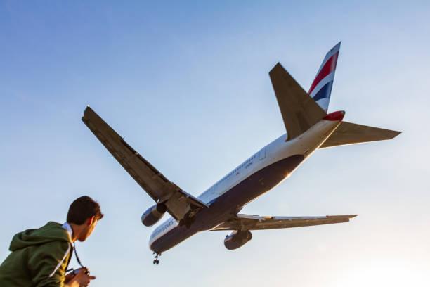 british airways boeing 767 momente vor der landung am flughafen larnaca beobachtet jungen fotografen - b767 stock-fotos und bilder