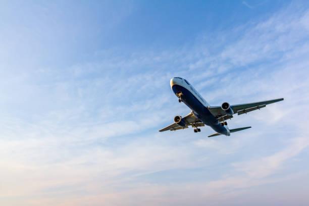 british airways boeing 767 momente vor der landung am flughafen larnaca - b767 stock-fotos und bilder