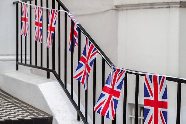 Britische bunting, die sich vor dem Eingang zu einem weißen Terrasse Hause – Foto