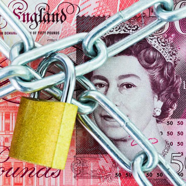 britische währung mit einer kette und schloss - königin kopfteil stock-fotos und bilder