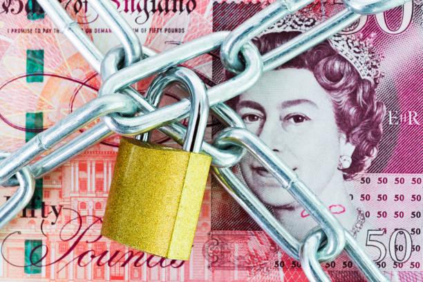 britische währung mit kette und schloss - königin kopfteil stock-fotos und bilder