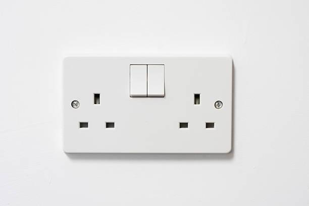 uk britannique prise électrique et une connexion sur un mur - prise électrique à trois fiches photos et images de collection