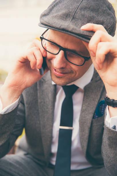 britischen gentleman seine telefonieren - krawattennadel stock-fotos und bilder