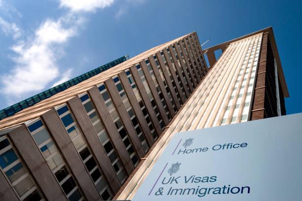Concepto de inmigración británico con Lunar House construyendo la Oficina de Visados y Inmigración de Home Office en el Gran Londres, Inglaterra, Reino Unido - foto de stock