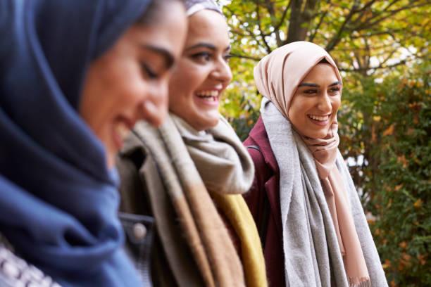 Réunion des amis femmes musulmanes britanniques en milieu urbain - Photo