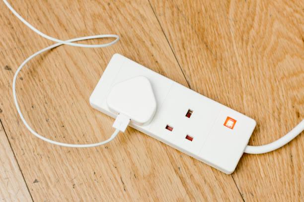 britannique branchez le cordon d'alimentation - rallonge électrique photos et images de collection