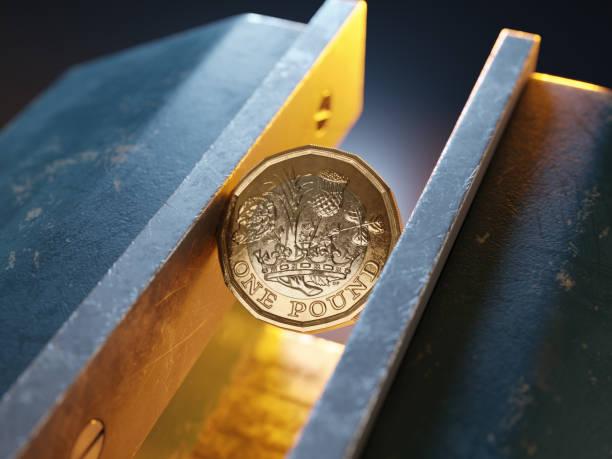 영국 파운드 동전은 vice/clamp에 의해 개최 - 짠 뉴스 사진 이미지