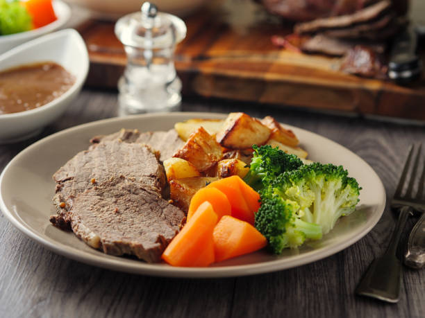 britische gebratenes rindfleisch essen - tranchieren stock-fotos und bilder