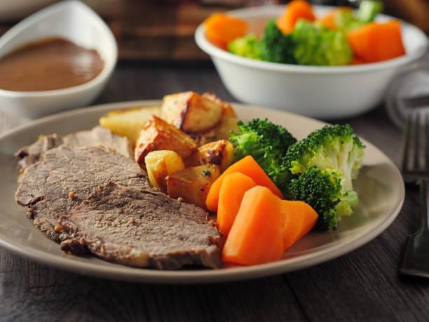 cena de carne asada británico - rosbif fotografías e imágenes de stock