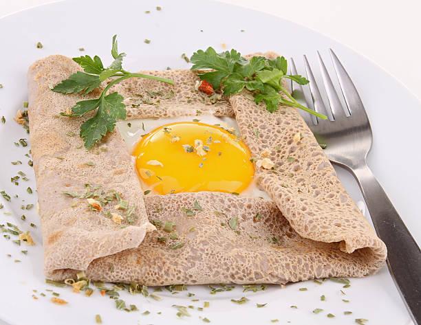 brittany buchweizen-crèpe - buchweizenpfannkuchen stock-fotos und bilder