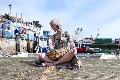 Brixham Devon Fishtown Balık Satıcı Kız Stok Fotoğraflar & Ağ - Malzeme'nin Daha Fazla Resimleri