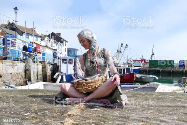 Brixham Devon Fishtown Fish Seller Dziewczyna - zdjęcia stockowe i więcej obrazów Brixham