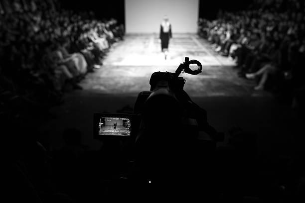 diffusion à un spectacle - mode paris photos et images de collection