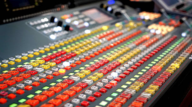 broadcasting in the studio, professional mixing sender color buttons - nachrichten video stock-fotos und bilder
