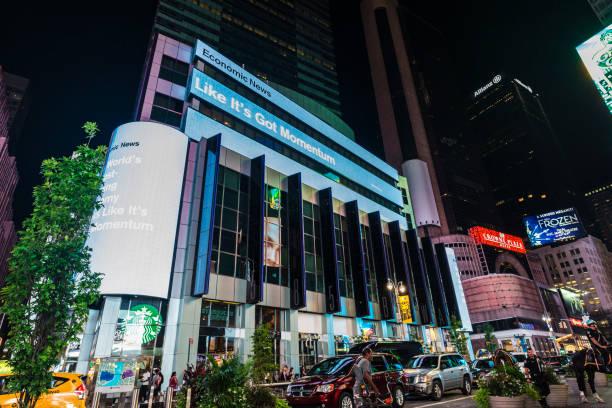 broadway avenue in der nacht in new york city, usa - morgan stanley stock-fotos und bilder