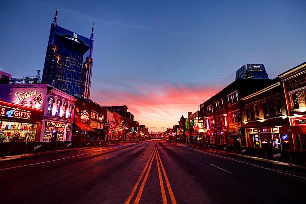 бродвей в центре нэшвилла, теннесси - деловой центр города стоковые фото и изображения
