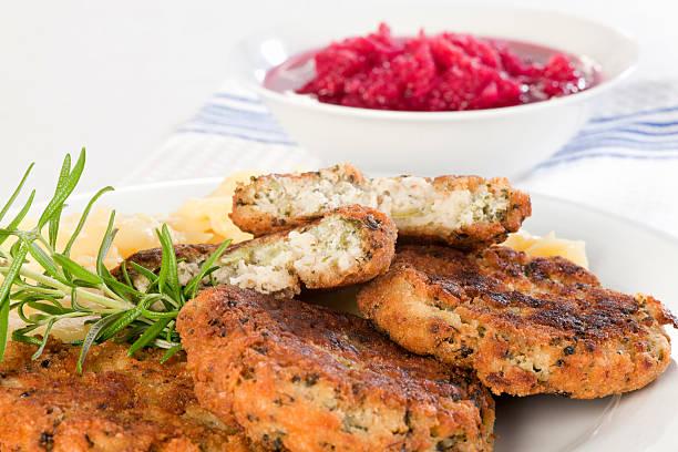 brokkoli und buchweizen-pfannkuchen auf teller mit kartoffeln. - buchweizenpfannkuchen stock-fotos und bilder