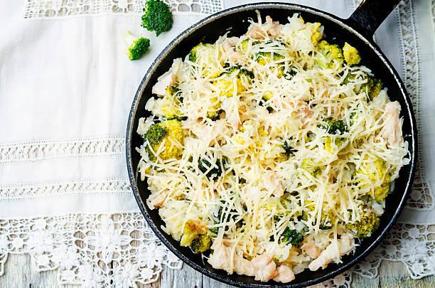 broccoli-käse-huhn und reis - huhn brokkoli auflauf stock-fotos und bilder