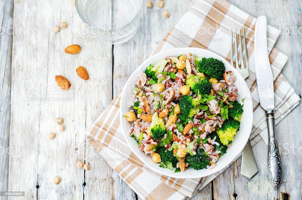 broccoli chickpea cilantro almendras de arroz blanco y rojo - foto de stock