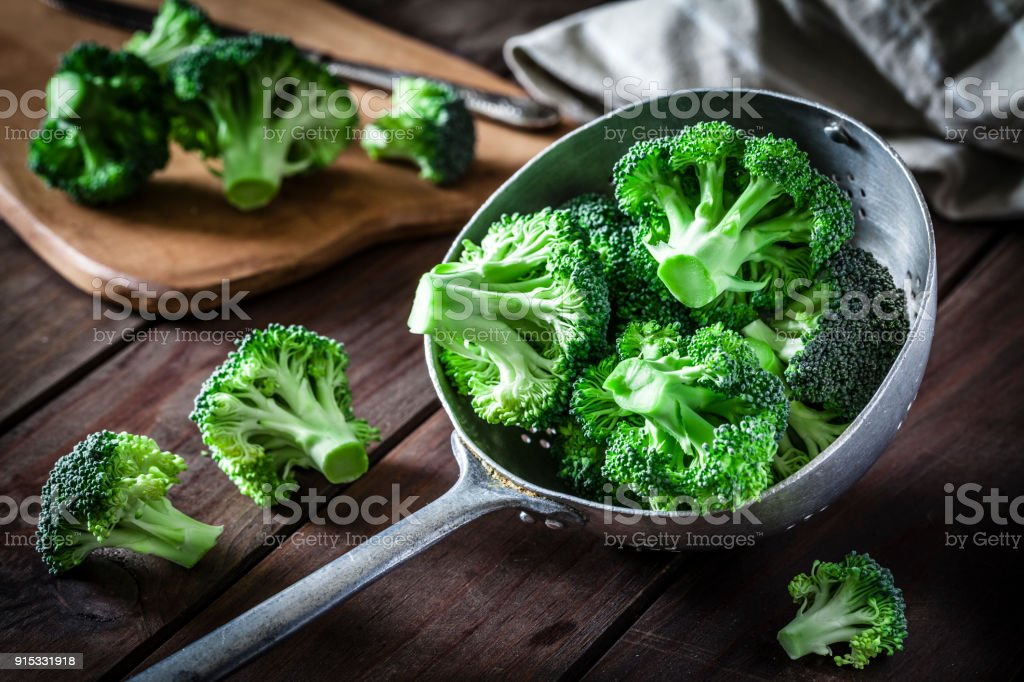 Broccoli in een oude metalen vergiet​​​ foto