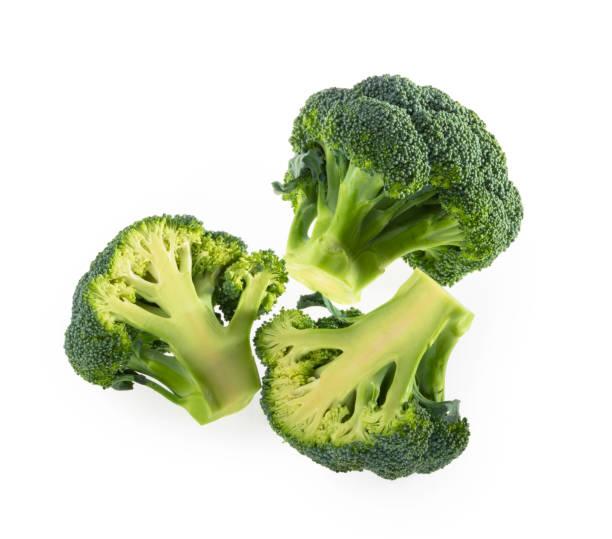 broccoli geïsoleerd op witte achtergrond top view - broccoli stockfoto's en -beelden