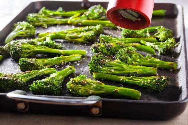 Broccoli geroosterd op een ovenschaal foto