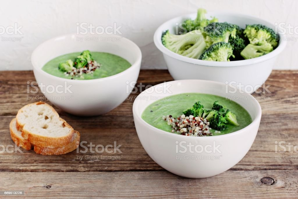 Broccoli soup with quinoa topping. Super foods and clean eating concept. - foto de stock