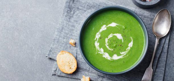 brokkoli, spinat-creme-suppe in eine schüssel mit geröstetem brot. ansicht von oben. kopieren sie raum. - spinatsuppe stock-fotos und bilder