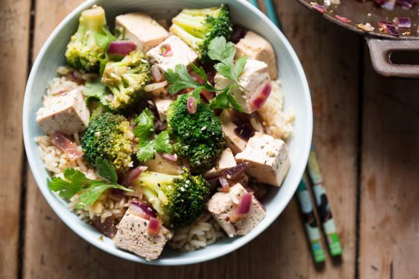 Brocolis, le tofu, oignons rouges sautés - Photo