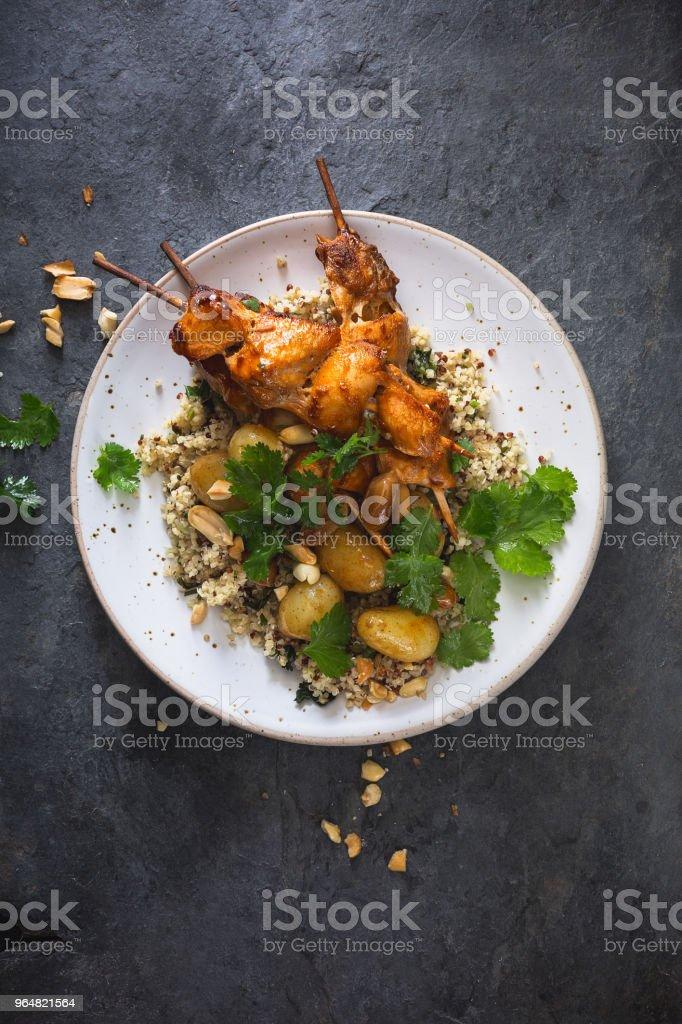 Brochette de Poulet, Quinoa, Pomme de Terre au Four et cacahuètes royalty-free stock photo