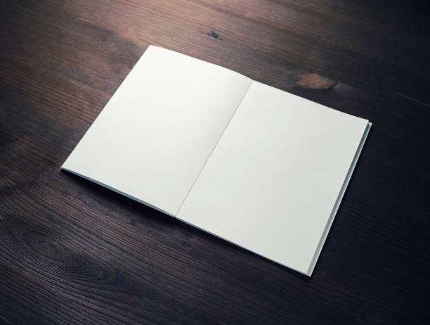 broschüre oder magazin - zeitschrift aufgeschlagen stock-fotos und bilder
