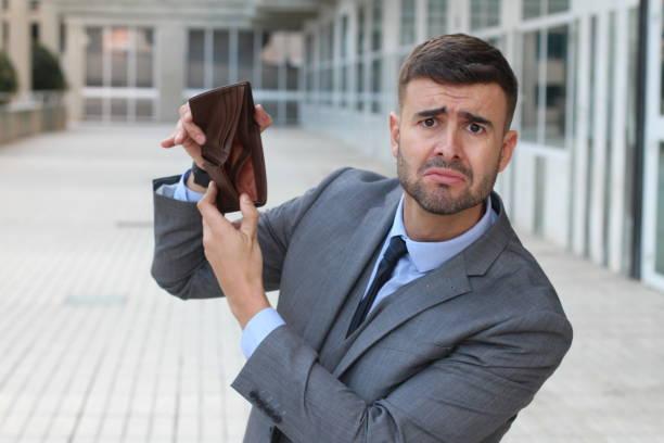 er brach geschäftsmann seine leere brieftasche - leder portemonnaie herren stock-fotos und bilder