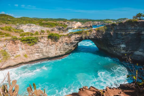 gebroken bay in nusa penida, bali, indonesië. blauwe hemel en turquoise water. - bali stockfoto's en -beelden