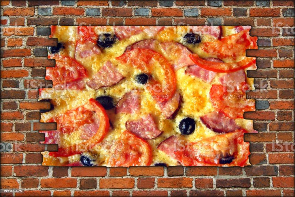 gebroken bakstenen muur en weergave aan smakelijke pizza royalty free stockfoto