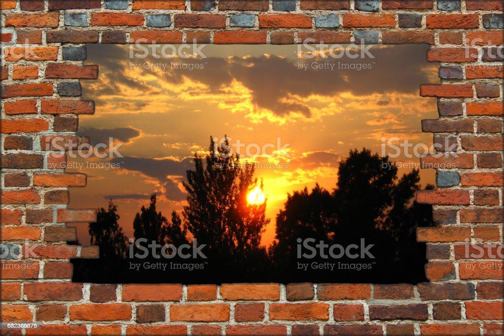 trasiga tegelväggen och utsikt över den vackra solnedgången royaltyfri bildbanksbilder