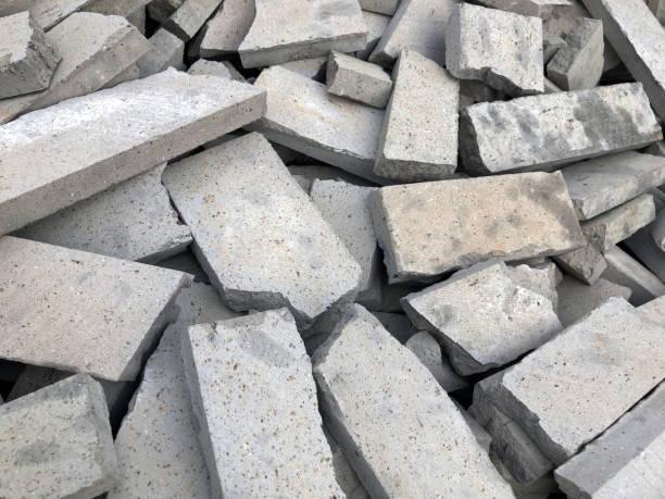 briques cassées - imploser photos et images de collection