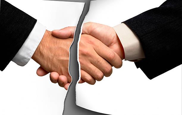 broken business handshake - gebroken stockfoto's en -beelden