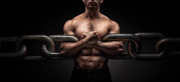 broken chain - freedom concept - hombres grandes musculosos fotografías e imágenes de stock